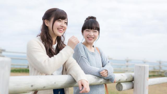談笑する女性2人